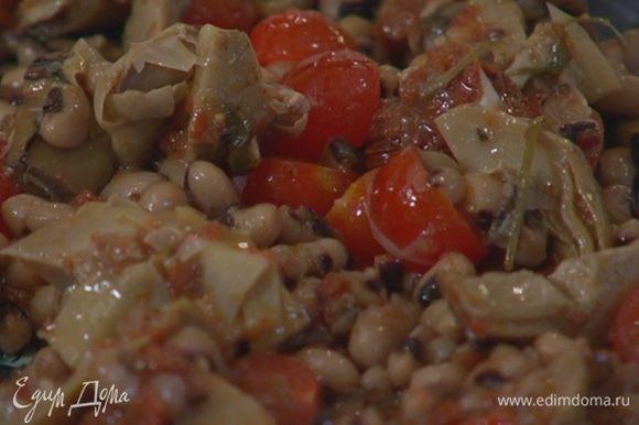 В салатницу выложить помидоры черри, артишоки, фасоль, полить все заправкой и перемешать.