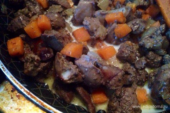 Сначала приготовить начинку. Для этого. Куриную печень вымыть и нарезать небольшими кубиками, обжарить. Затем добавить к печени, лук и морковь нарезаные кубиками. Прожарить минут 5,влить молоко,посолить,поперчить и протомить еще минут 5-7.
