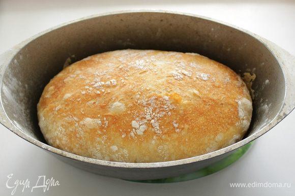 Аккуратно вытащить хлеб и остудить на решетке.
