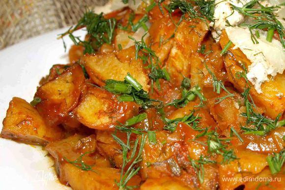 Достать готовую картошку, освободить из рукава, подавать можно с чем угодно. Приятного аппетита!
