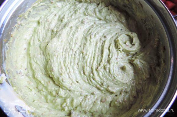 Затем, не прекращая взбивания, по кусочку добавим размягченное сливочное масло комнатной температуры. взбиваем до получения однородного воздушного крема. Я его подкрасила капелькой зеленого пищевого красителя.