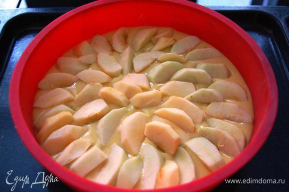 Готовое тесто выкладываем в форму: чем меньше диаметр формы, тем выше бортики, т.к. пирог поднимается. (у меня форма диаметром 24 см) Яблоки очищаем, нарезаем ломтиками и выкладываем сверху на тесто.