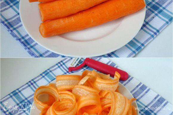 Для банта: Морковь очистить, для всего рецепта потребуется примерно 800 грамм моркови. Выбрать две – три самые крупные моркови и нарезать овощечисткой тонкие длинные пластины.