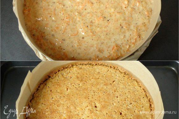 Выложить морковное тесто в форму d=20 см, я предварительно застелила дно и бока формы пекарской бумагой. Выпекать в заранее разогретой духовке при 180°С 40 минут. Готовность бисквита проверить деревянной шпажкой. Готовый бисквит вынуть из духовки и оставить прямо в форме на 10 минут. Затем бисквит извлечь из формы, перевернуть на решетку, снять с него бумагу и дать ему «отдохнуть» пару часов.