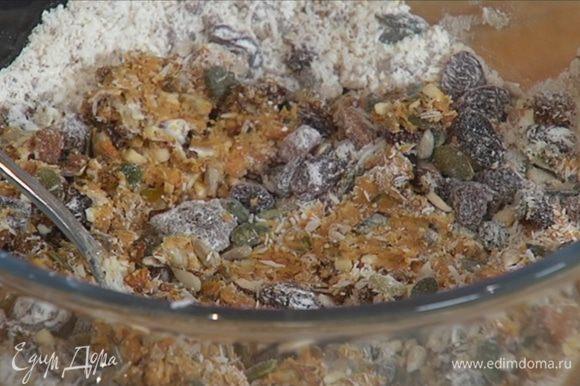 Добавить измельченный миндаль к семечкам с цукатами, перемешать.