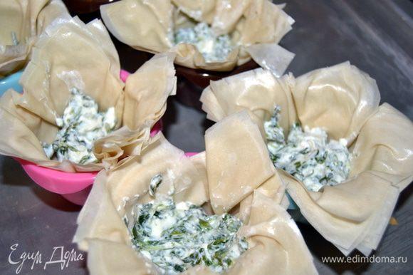 Тесто укладываем в формы для кексов,прижимаем к стенкам(форму предварительно смазать маслом)Выкладываем по столовой ложке шпинатной массы.