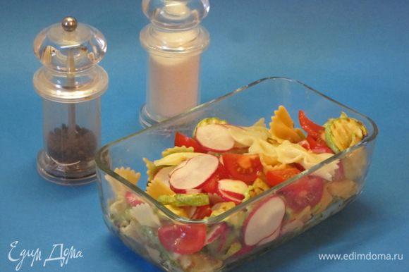 Посолить, приправить свежемолотым черным перцем. Сбрызнуть салат лимонным соком из половинки лимона, перемешать.