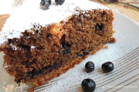 Теплый пирог переложить на блюдо, посыпать сахарной пудрой. Ну очень вкусно! Приятного аппетита!!!