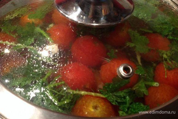 Поставьте на ночь в холодильник, а утром они уже будут готовы. Долго такие помидоры не хранятся - буквально несколько дней, но съедаются молниеносно.