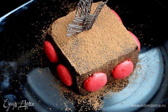 Достать торт из холодильника, аккуратно убрать форму, и лопаточкой равномерно нанести уже остывший ганаш, хорошо распределяя его по бокам и верху торта. Украсить торт можно макаронс или же просто посыпать какао. Убрать в холодильник до подачи. Торт получается очень вкусным!!!