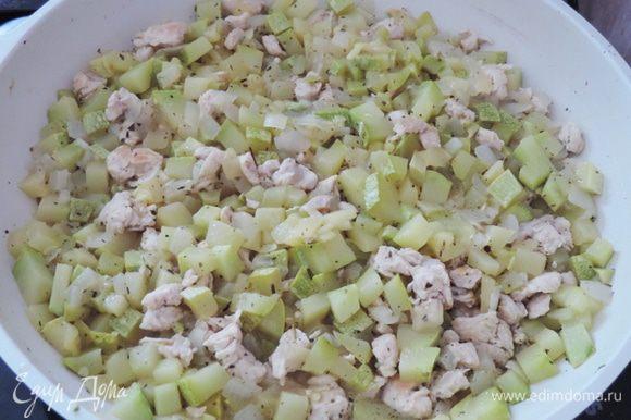 Растворяем лимонную кислоту в воде и выливаем на сковородку. Добавляем приправы, солим по вкусу, перемешиваем. Накрываем сковороду крышкой и даем содержимому покипеть на максимальном огне 5 минут. Затем открываем, перемешиваем, уменьшаем огонь до среднего и оставляем еще на 5 минут.