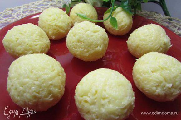 Соединить сыр с майонезно-чесночной заправкой. Формовать шарики размером с грецкий орех.