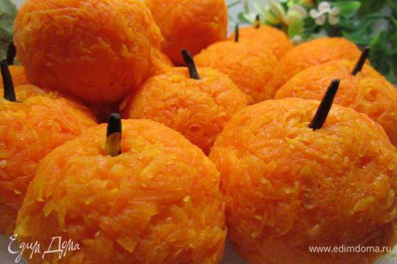 Сырные шарики обвалять в жареной морковке. По желанию украсить гвоздикой, имитируя хвостик. Поставить в холодильник на 30 минут.