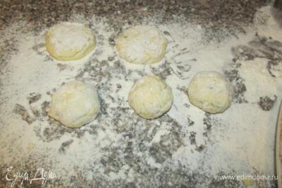 Из полученной массы лепим небольшие шарики по 35-40 грамм. Панируем в муке (оставшиеся 100 грамм). Затем шарики немного приплюскиваем, придавая форму сырников. Из исходных ингредиентов получается примерно 14-15 штук.