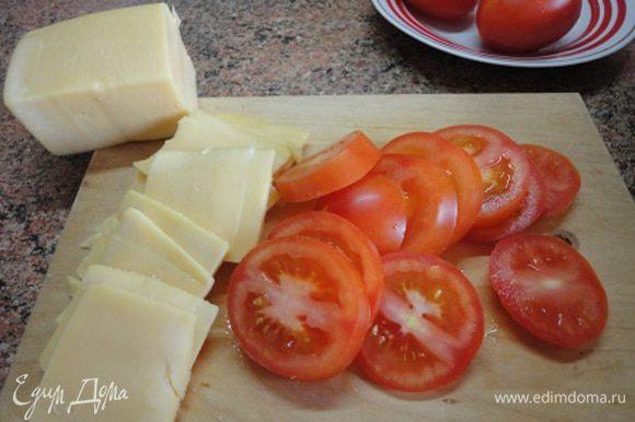 4. Порежьте помидоры (лучше брать некрупные, в ингредиентах почему-то только черри можно было выбрать) толстыми кружочками, любой твердый сыр пластинами.