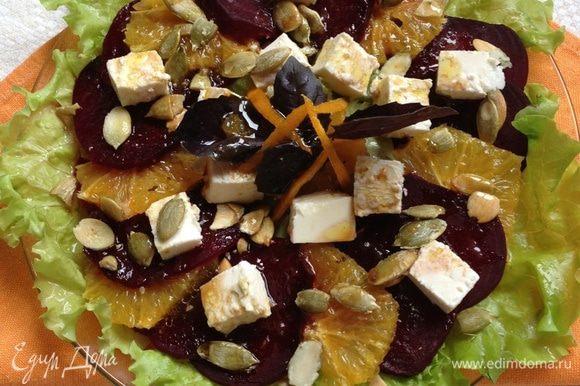 На порционную тарелку выкладываем салатные листья, кружочки свеклы и апельсина, чередуя их в произвольном порядке. Сверху кладем порезанный кубиками сыр, посыпаем семечками и поливаем заправкой. Украшаем по желанию, у меня веточка фиолетового базилика и апельсиновая цедра. Вкусный, легкий, полезный салатик готов!! Приятного!!