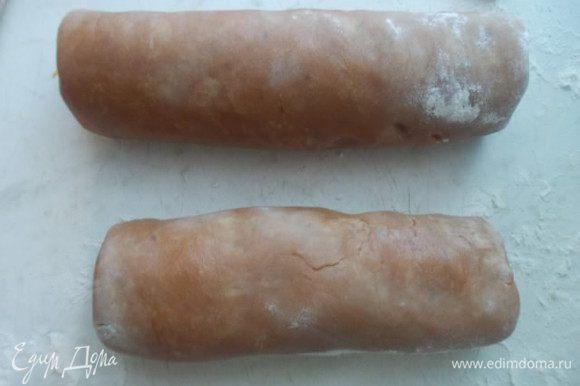 Делим тесто на две части и делаем колбаски. Заворачиваем в пленку и отправляем на несколько часов в холодильник,можно на ночь.