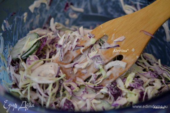 Смешаем салат с заправкой. Поставим в холодильник пропитаться на 2-3 часа.
