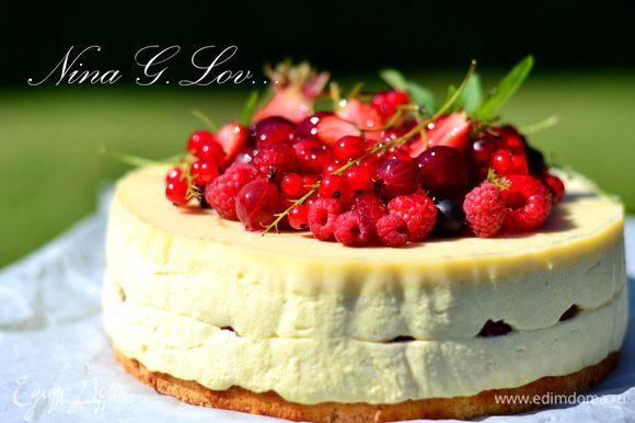 На готовый тортик выложить много разнообразных и любимых свежих ягод.
