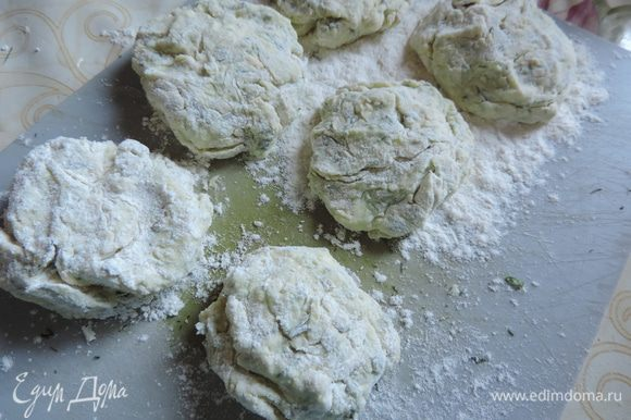 Берем ложку теста, выкладываем в тарелку с мукой. Обкатываем тесто в муке, затем формируем сырник, выкладываем на досточку, щедро посыпанную мукой.