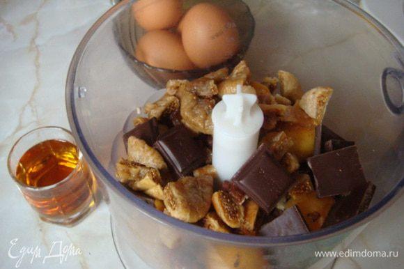 Измельчаем все блендером, орехи добавляем в конце - они не должны быть мелкими. Алкоголь в процессе приготовления улетучивается и остается приятный аромат (придает мягкость начинке).
