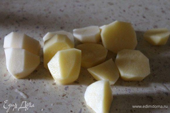 Нарезаем их на толстые кусочки, и кладем в бульон, к шейке. Варим до готовности картофеля.