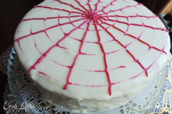 Вынимаем торт из формы, проводя ножом вдоль краев формы. Выливаем остывшую глазурь в центр торта, даем ей свободно стечь по бокам. Излишки потом уберете. Вообще, советовалось торт поставить на решетку, и именно на решетке проводить эту манипуляцию. Так можно было бы сделать, если бы крем не выступал за сам торт по бокам. Лично я не рискнула переносить такой нежный торт на решетку и обратно. Украшаем в оригинале свежим красным фруктовым пюре и свежими ягодами. Причем на холодном торте глазурь быстро застывает и делать это надо очень быстро. Я украсила растопленной и подкрашенной белой кондитерской глазурью.