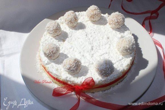 На утро украшаем чиз конфетками. Можно посмотреть, как их готовила яhttp://www.edimdoma.ru/retsepty/67853-konfety-rafaello-samyy-prostoy-i-bystryy-sposob, можно взять готовые, а можно и вовсе оставить как есть!!!