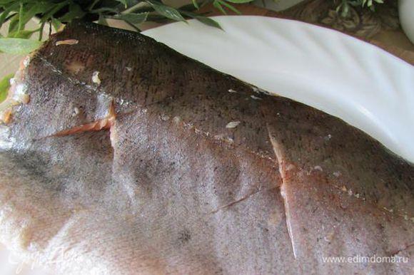 Очень острым ножом сделайте на коже одного филе глубокие крестообразные надрезы.
