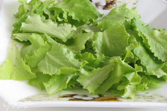 Салат нарвать средними кусочками. Вместо ромено можно взять салат латук, или другой хрустящий листовой салат.