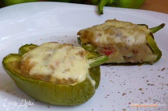 На готовый перец выкладываем ломтики моцареллы, запекаем еще 5 минут, пока сыр не расплавится. Приятного аппетита!