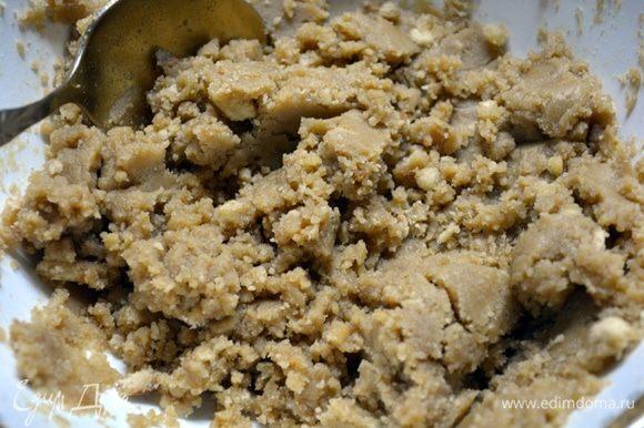Сливочное масло растопить. Печенье измельчить в крошку (я это делала вручную, но можно использовать в блендере). Масло тщательно перемешать с крошкой.