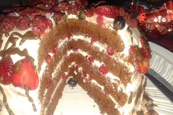 Начинаем собирать торт: бисквит разрезала на 4 части. Выкладываем на корж слой крема, посыпаем малиной,и так до конца. сверху украшаем ягодами и я украсила каплями растопленного шоколада. торт получается не приторный, с кислинкой из-за ягод.