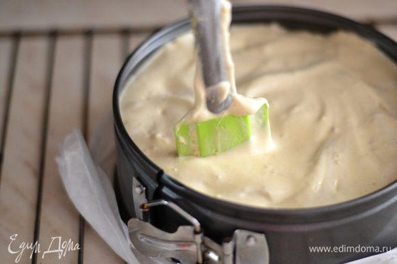 Выстелить дно разьемной формы пергаментом,выложить в форму готовое бисквитное тесто,утрамбовать лопаточкой и выпекать около 40 минут при температуре 170 гр.