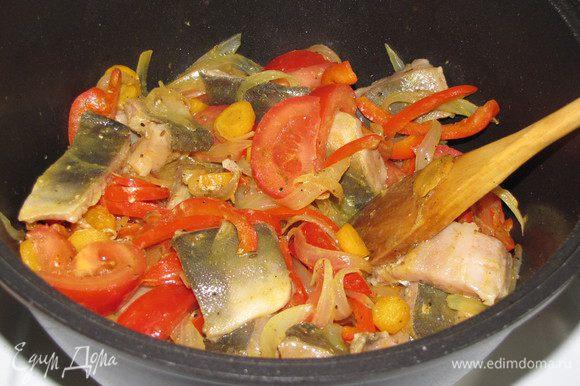 Влить в кастрюлю 1/3 ст. воды, положить рыбу и помидоры, посолить. Накрыть крышкой и тушить 7-10 минут до готовности рыбы.