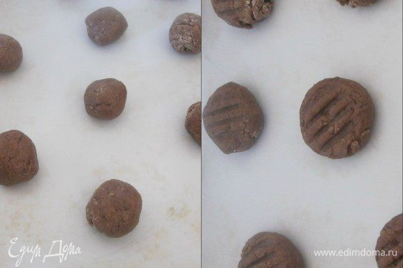 Из теста сделать шарики размером с грецкий орех. Выложить на противень. Вилкой придавить каждый шарик.