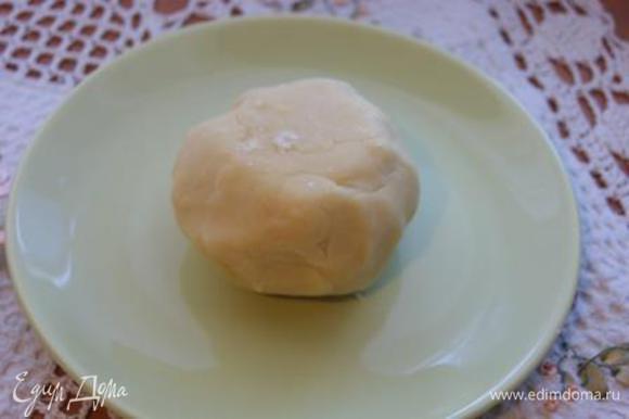 Подготовить основу для тарта. Сливочное мало нарезать на кусочки, добавить все сухие ингредиенты, растереть в крошку, добавить желтки, замесить тесто. Тесто убрать в холодильник на 30 минут.