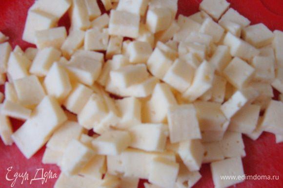 Порезать сыр-бынзу и перемешать с рикоттой. Использовать нужно именно СЫР-брынзу, чтобы кусочки потом плавились и тянулись в горячем состоянии!