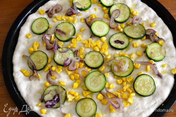"""Выложить на пиццу слой кукурузы (можно побольше..., у меня в этот раз дети """"позаимствовали"""" нарезанные зернышки...) Сверху выложить овощи."""
