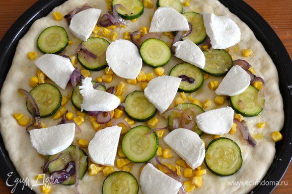 Сыр моцарелла нарезать и добавить сверху. Поставить в разогретую духовку на 20-25 минут, пока не расплавится сыр!