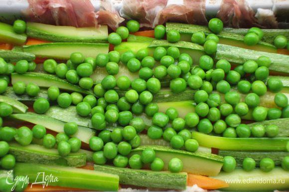 .....затем слой овощей.Повторить слои пока не закончатся ингредиенты (верхний слой должен быть из фарша).Закрыть террин свисающими краями ветчины.