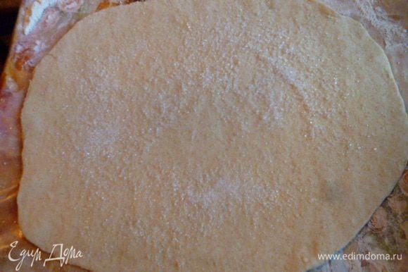 Теперь займемся печеньем. Тесто после замеса и холодильника тонко раскатать. Посыпать 1 ст.л. сахара.