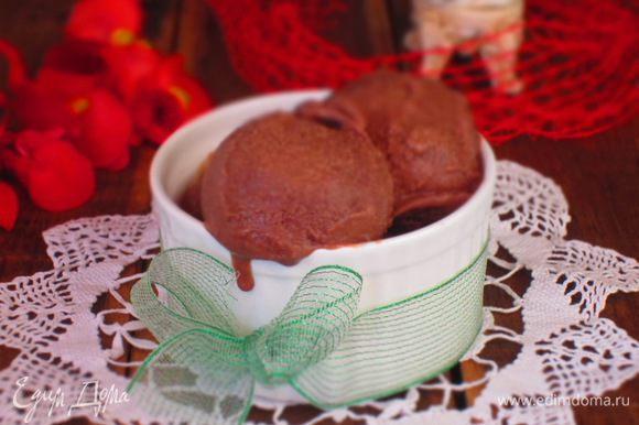 Переложить массу в мороженицу и готовить согласно инструкции.Если у вас нет мороженицы,то поместить контейнер в морозильную камеру на 40 минут.Перемешать массу и поставить в морозильную камеру на 6-8 часов.Перемешать мороженое несколько раз,чтобы оно замёрзло равномерно.Приятного аппетита:))