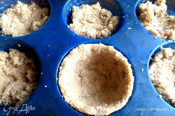 Смазываем силиконовые формочки и накладываем мягкий хлеб по порциям.