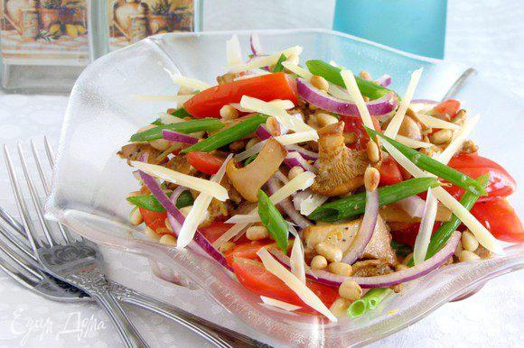 Перемешать все ингредиенты и заправить салат оливковым малом по вкусу. Посолить, поперчить, выложить в салатник. Посыпать кедровыми орешкам и тонко наструганным пармезаном.