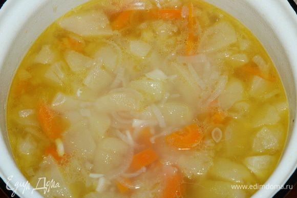 Снимаем суп с огня и даем ему немного остыть.