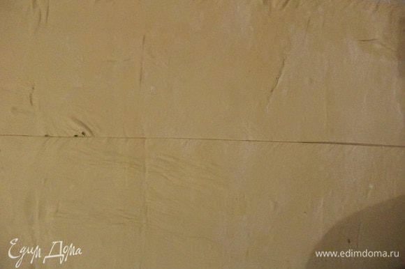 Тесто раскатать в прямоугольник 30*40 см. Разрезать прямоугольник вдоль пополам.