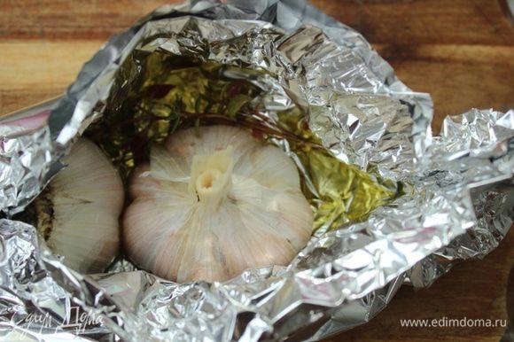 Головку чеснока разрезать поперек зубчиков. Из фольги сделать лодочку, налить оливковое масло, положить тимьян и половинки чеснока срезом вниз. Запечь в духовке до мягкости около 20 минут.