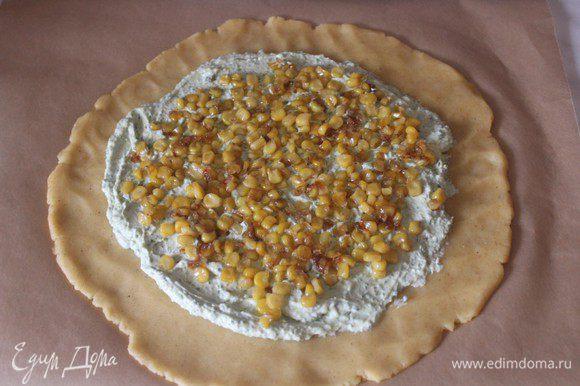 На сыр выложить кукурузу с луком (1 ст.л. оставить)
