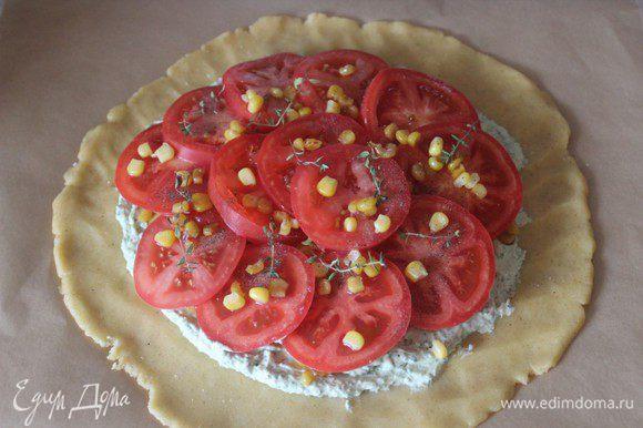 Разложить колечки помидоров внахлест, посыпать оставшейся кукурузой, сверху выложить веточки тимьяна.
